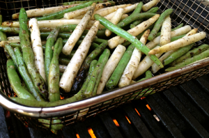 Green beans and white asparagus on the grill.